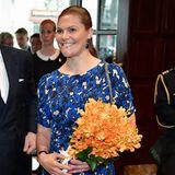 Bei ihrer offiziellen Ankunft trägt Prinzessin Victoria ein blaues Kleid. Der lange Flug ist der Royal-Lady gar nicht anzusehen: Sie strahlt wie immer!