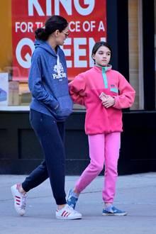 Katie Holmes und Tochter Suri schlendern entspannt durch die Straßen von New York. Abseits vom roten Teppich verzichtet der Hollywoodstar auf großen Glamour und genießt stattdessen Mutter-Tochter-Zeit in einem herrlich sympathischen Wohlfühl-Look.