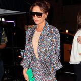 Eine Clutch in knalligem Mintgrün rundet den Gute-Laune-Lookvon Victoria Beckham ab und lässt sich prima zu vielen anderen Farben und Mustern kombinieren. Ein Outfit, dass sich in seiner Gesamtheit sowohl tagsüber für das Office als auch am Abend zum Dinner bestens eignet.