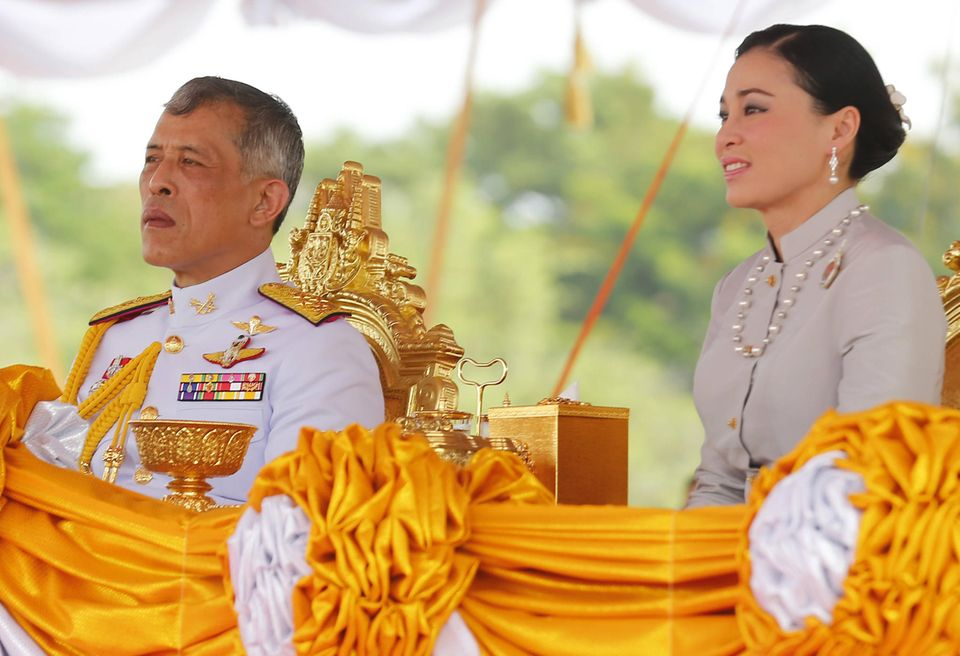 8. Mai 2019  König Maha von Thailand und seine Frau Königin Suthida verfolgen die Zeremonie.