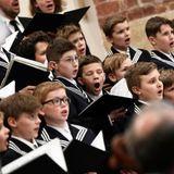 In der Thomaskirche gibt der Thomanerchor ein Konzert für den royalen Besuch aus England.
