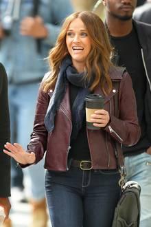 """Am Set von """"The Morning Show"""" muss man zweimal hinschauen, um Reese Witherspoon zu erkennen: Die Schauspielerin überrascht bei den Dreharbeiten der neuen Comedy-Drama-Fernsehserie in New York plötzlich mit einer rot-braunen Haarpracht."""
