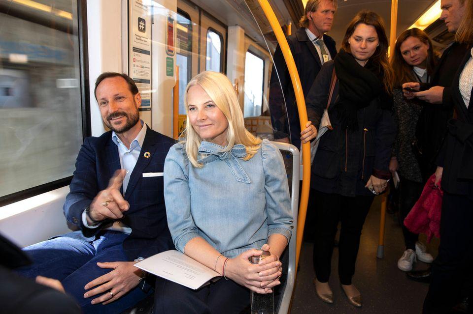 """8. Mai 2019  Prinzessin Mette-Marit ist wieder mit ihrem """"Literaturzug"""" unterwegs. Aufgrund ihrer Lungenkrankheit musste die fast einwöchige Bücherfahrtdurchs ganzeLand dieses Jahr durch eine zweitägige Tour mit der U-Bahn durchOslo ersetzt werden. Immer an Mette-Marits Seite: Ehemann Prinz Haakon."""