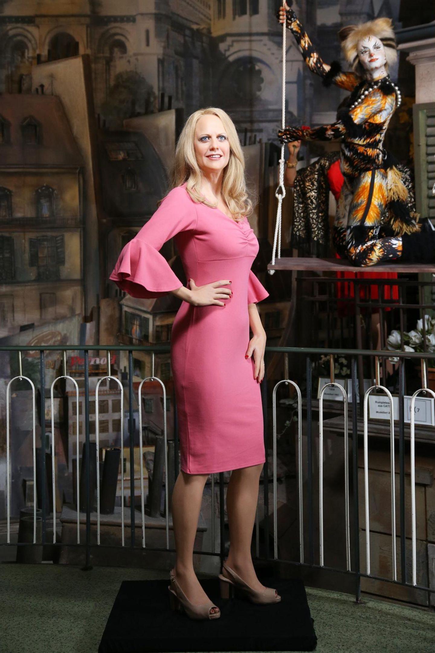 8. Mai 2019  Zum 140. Jubiläum des HamburgerPanoptikums ist Barbara Schöneberger in das berühmte Wachsfigurenkabinett auf der Reeperbahn eingezogen. Die Wachsfigur der beliebten Moderatorin trägt ein elegantes pinkesKleid und offene, blondeHaare.