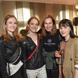 Die Tänzerinnen Antonia McAuley undPrisca Zeisel(v.l.n.r.) posieren gemeinsam mit Mode-Ikone Annette Weber (2. v. r.) für ein Gruppenfoto.