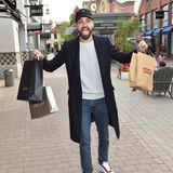 Jimi Blue Ochsenknecht freut sich über seine erfolgreiche Shopping-Tour durch das Ingolstadt Village.