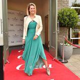 """Bei frühlingshaften Temperaturen im Süden Deutschlands setzt sich Monica Ivancan auf dem roten GALA-Teppich in Szene und lobtdie ungewöhnliche Foto-Idee: """"So etwas Ästhetisches sieht man sogar in der Mode wirklich selten."""""""