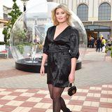 Luna Schweiger weiß, dass das Kleine Schwarze immer geht, und erscheint in einem glänzenden Mini-Dress und mit stylischer Strumpfhose.Übrigens: Die Schauspielerin studiert jetzt Business in Paris.