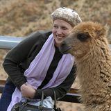 In Argentinien posiert sie mit einem Lama.