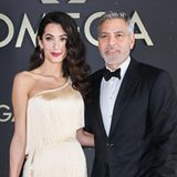 Das One-Shoulder-Dress betont die Schlüsselbeine von Amal und gibt dem Look eine besonders feminineNote. Auch ihre Haare trägt sie auf Seitenscheitel und ineiner glamourösen Welle des vergangenen Jahrzehnts. Was für eine modische Zeitreise!
