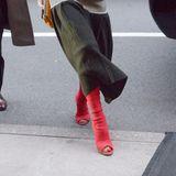 Zu ihrem Midi-Rock kombiniert Beckham echte Hingucker-Treter. Die knallroten High Heels legen die Zehen der Designer frei und dominieren das Outfit komplett. Victoria weiß eben, wie sie Aufmerksamkeit bekommt.