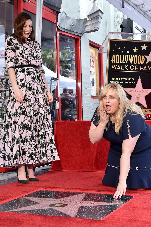 """9. Mai 2019  Von Eifersucht keine Spur: Rebel Wilson ist eine wahre Freundin - und für jeden Spaß zu haben.Nach der förmlichen Zeremonie fällt die Schauspielerin sogar vor ihrer Freundin auf die Knie. Aktuell sind die beiden Powerfrauen in der Komödie """"Glam Girls – Hinreißend verdorben"""" im Kino zu sehen."""