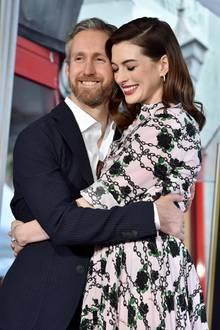 9. Mai 2019  Zu der Zeremonie wird Anne Hathaway von ihrem Ehemann Adam Shulman begleitet. Der Schauspieler ist sichtlich stolz auf seine talentierte Frau und posiert verliebt mit ihr für die Fotografen.
