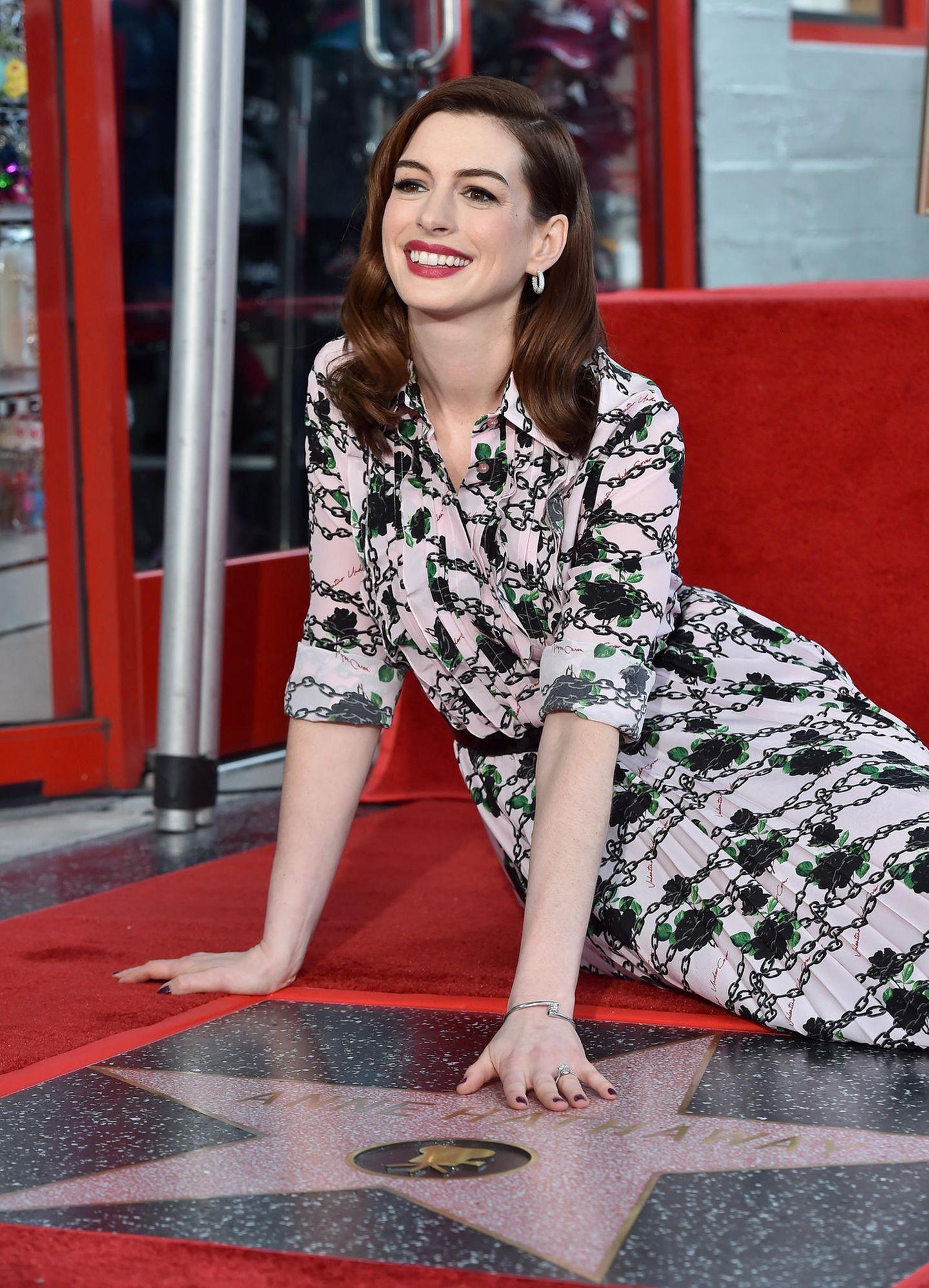 """9. Mai 2019  Ein Stern für Anne Hathaway: Die Oscar-Preisträgerin freut sich überihren eigenenStern auf dem berühmten """"Walk Of Fame"""" in Hollywood. In ihrer emotionalen Rede bedankt sich die Schauspielerin bei der bedingungslosen Unterstützung ihrer Fans und gesteht, dass sie persönlich nicht alle ihrer Filme wirklich gut findet."""