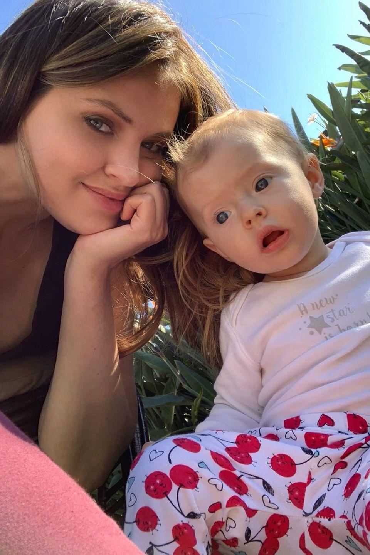 """""""Ich weiß nicht, was Schlaf ist, aber ich weiß, was pure Freude ist. Danke, du kleines Wesen"""", schreibt Hana Nitsche zu dem frühlingshaftenSchnappschuss, auf dem das Model mit seiner süßen TochterAliya Franceszu sehen ist."""