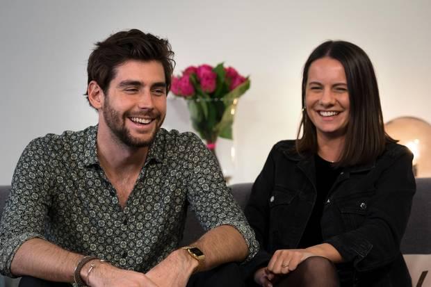 Alvaro Soler und GALA-Redakteurin Janna Krenz hatten beim Interview viel zu lachen.