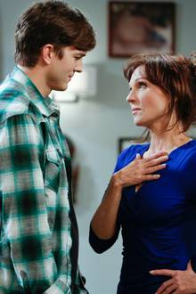 "Ashton Kutcher und Marilu Henner in ""Two and a half Men"""