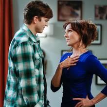 """Ashton Kutcher und Marilu Henner in """"Two and a half Men"""""""