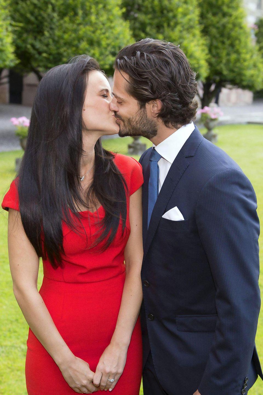 Nach etwa vier Jahren Beziehung gibt Carl Philip im Juni 2014 dieVerlobung mit seiner FreundinSofia Hellqvist bekannt.
