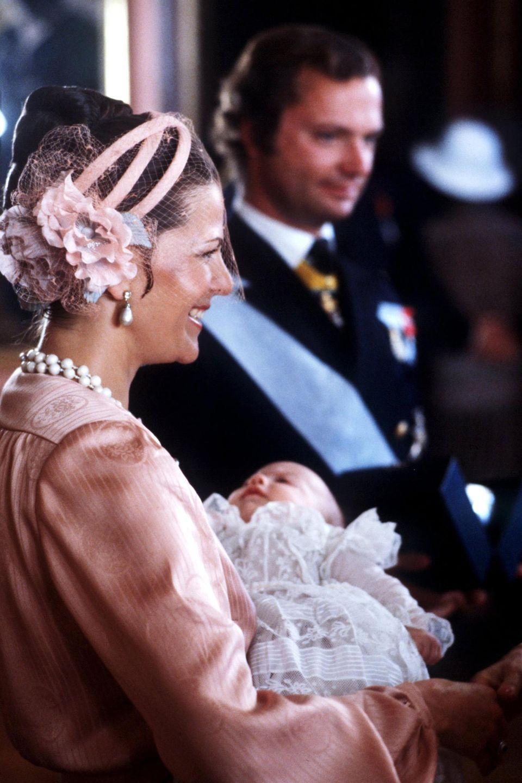 Am 13. Mai 1979 wird Prinz Carl Philip geboren. Er ist das zweite Kind und der einzige Sohn von Königin Silvia und König Carl Gustaf. Das Bild zeigt den kleinen Schwedenprinzen bei seiner Taufe.