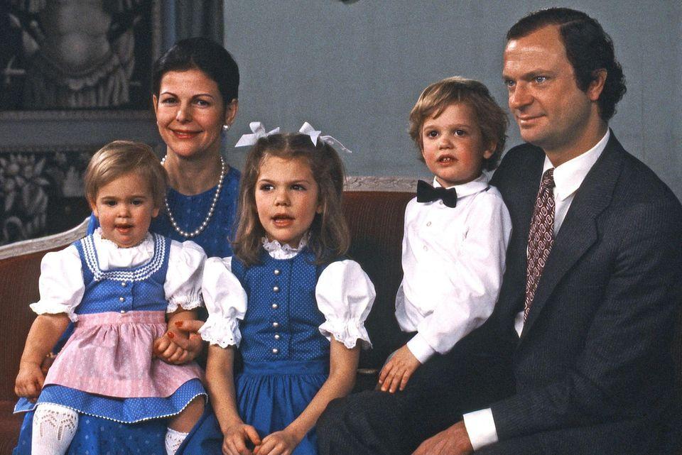 Die schwedische Königsfamilie posiert 1983 für ein Gruppenfoto: Prinzessin Madeleine, Königin Silvia, Prinzessin Victoria, Prinz Carl Philip, König Carl Gustaf (v. l.).