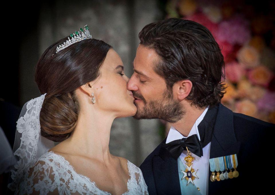 Zärtlich küsst Prinz Carl Philip seine Braut, die er mit der Heirat zu Prinzessin Sofia von Schweden macht.