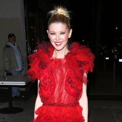 Anstelle von High Heels kombiniert Reid zudem glitzernde Sneaker zu ihrem extravaganten Abendkleid. Ein Stil-Mix, der in vielerlei Hinsicht fraglich ist.