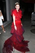 Tara Reid auf dem Weg zum Dinner in West Hollywood. Offensichtlich hatte die Schauspielerin Lust sich mal so richtig schick zu machen. Anders können wir uns diese ausgefallene Robe nicht erklären.