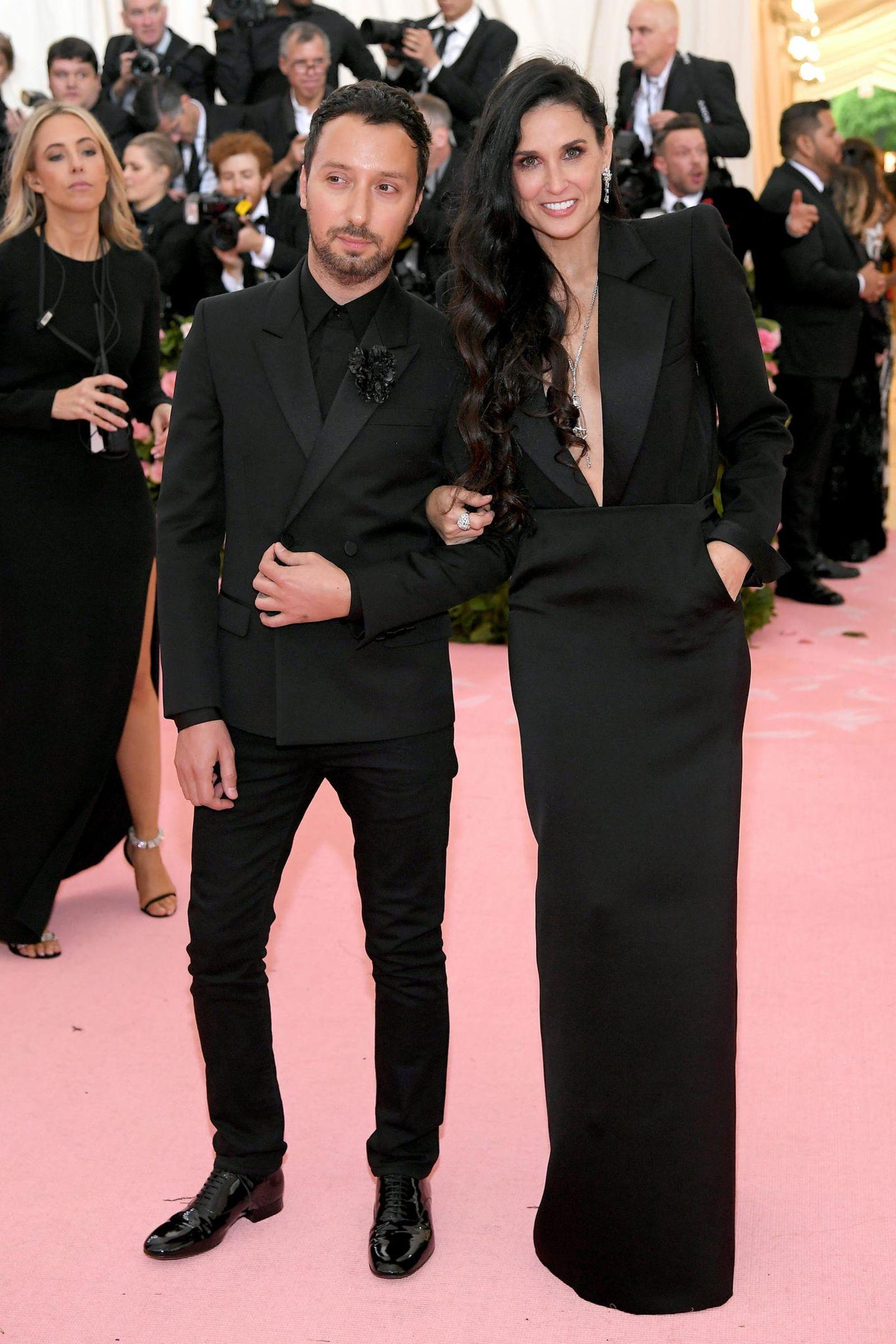 Demi Moore und DesignerAnthony Vaccarello zeigen sich im schwarzen Partnerlook.