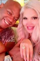 """""""I said 'Yes'!""""Sophia Vegas und Daniel Charlier feiern ihre Verlobung in Mailand, und der gelbe Diamantring in Tropfenform ist wirklich ein Blickfang, nicht nur der Größe wegen. Herzlichen Glückwunsch!"""
