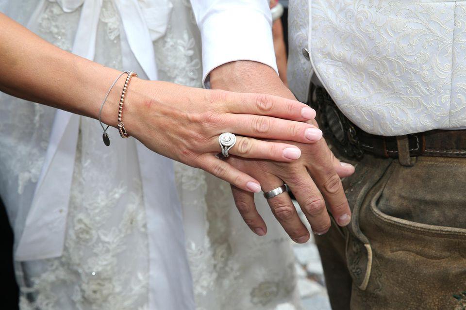 Simone Ballack und Andreas Mecky zeigen ihre Eheringe