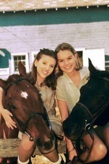 """Bibi und Tina? Nein, das sind Scarlett Johansson und Kate Bosworth 1997 am Set von """"Der Pferdeflüsterer"""". Für die14-Jährige Kate war es der erste Filmdreh, und sie erinnert sich auf Instagram daran, wie nervös sie damals war."""