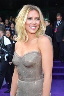 """Scarlett Johansson gehört heute nicht nur zu den schönsten Hollywood-Stars,zweimal wurde sie zur """"Sexiest Woman Alive"""" gewählt,sondern auch zu den erfolgreichsten. Als """"Black Widow"""" ist sie z. B. ein Superstar im """"Avengers""""-Universum von Marvel."""