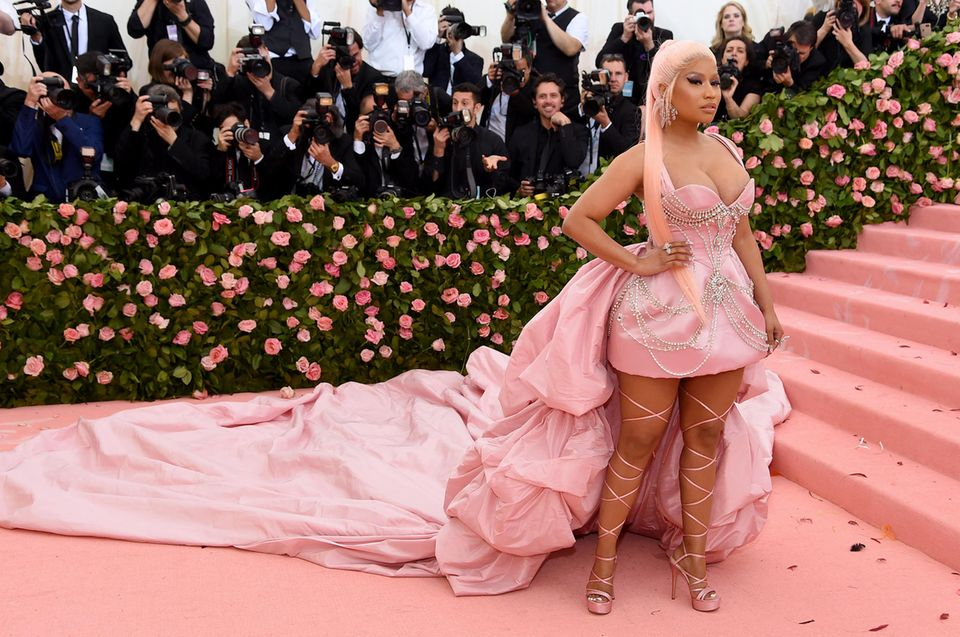 Nicki Minaj schwebt in rosa Wolken von Prabal Gurung über den Pink Carpet.