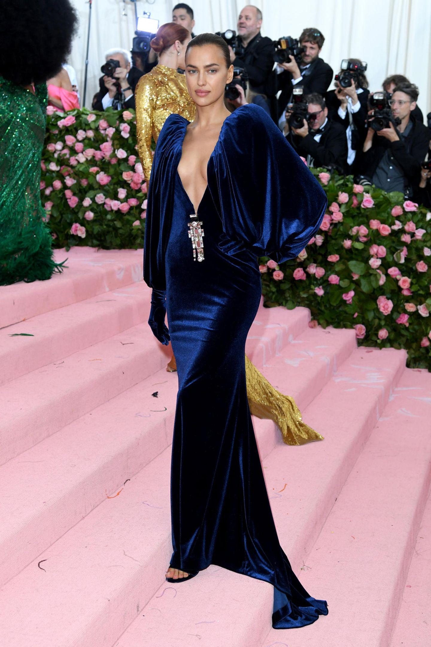 So sexy kann Samt sein! Irina Shayk leuchtet im blauen Burberry-Kleid.