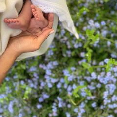 12. Mai 2019  Ein neues Foto von Master Archie! Mit diesem süßen Füßchen-Bild des jüngsten britischen Royals erfreuen Prinz Harry und Herzogin Meghan ihre Instagram-Follower. Zu Meghans erstem Muttertag gratuliert das Paar auch allen Müttern, die auf der ganzen Welt heute ihren Tag feiern. Im Hintergrund sind übrigens Vergissmeinnicht zu sehen, die zarten, hellblauen Blumen waren die Lieblingsblumen von Harrys Mutter Prinzessin Diana.