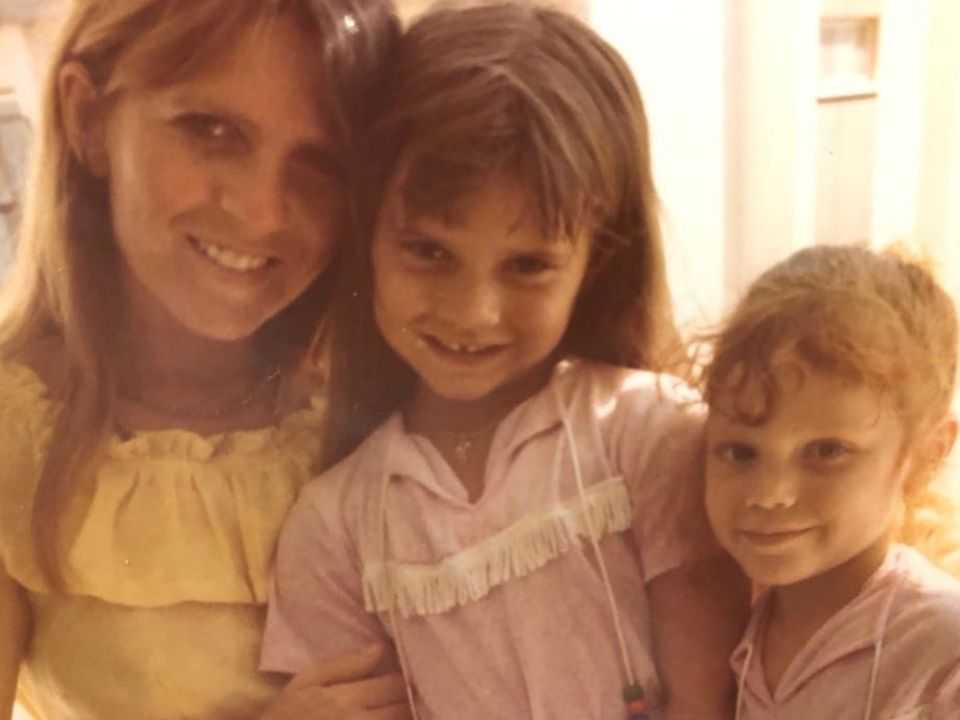 Mit diesem süßen Schnappschuss aus ihrer Kindheit bedankt sich Victoria Beckham bei ihrer Mutter Jackie Adams für all das, was sie für ihre Kinder getan hat.