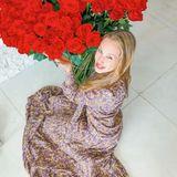 Alessandra Meyer-Wölden freut sich am Muttertag über einen riesigen Strauß rote Rosen und spricht allen Müttern ihre große Bewunderung aus.