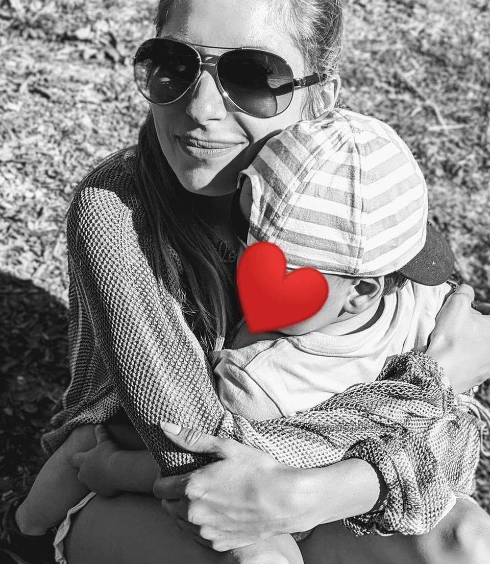 """""""Die Liebe für sein eigenes Kind ist unbeschreiblich! Mamis: Schätzt die größte Liebe, die euch jemals begegnet ist UND genießt heute in vollsten Zügen. Ihr seid grossartig"""", schreibt Cathy Hummels zu dem süßen Schnappschuss, auf dem sie und ihr Sohn Ludwig kuschelnd zu sehen sind."""