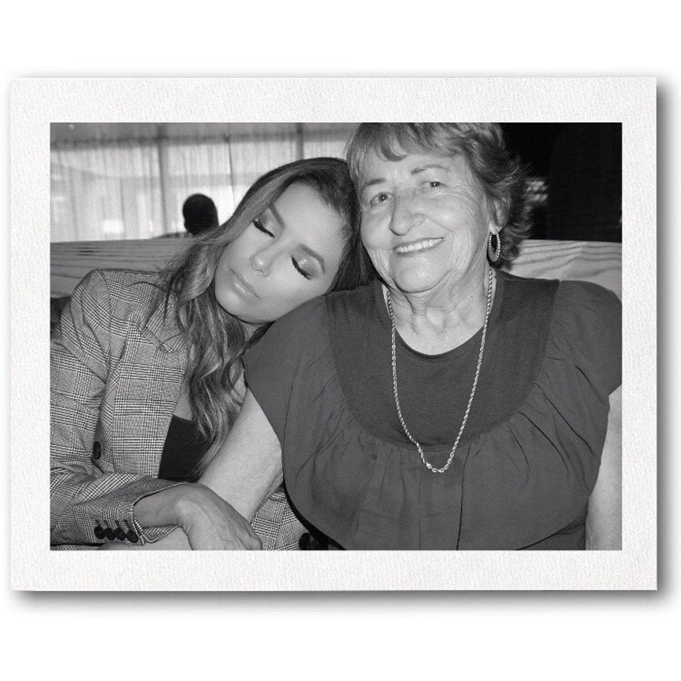 """""""Wer ich heute bin ist wegen ihr. Harte Arbeit, Mitgefühl. Bildung - alles hat mir ihr angefangen"""", so Eva Longoria und bedankt sich bei ihrer Mutter mit diesem süßen Schnappschuss auf Instagram."""