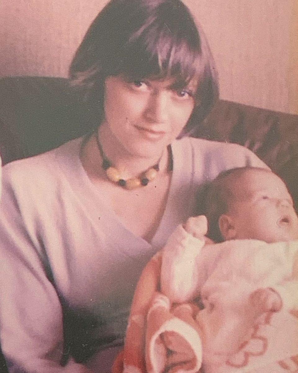 Zum Muttertag veröffentlicht Sylvie Meis ein Foto von sich als Baby in den Armen ihrer Mutter.