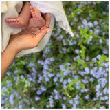 """Auch Herzogin Meghan und Prinz Harry sendenanlässlich des Muttertags Grüße an alle Mütter und veröffentlichen auf Instagramein süßes Foto ihres kleines Sohnes Archie Harrison Mountbatten-Windsor.""""Wir zollen heute allen Müttern Tribut - vergangenen, gegenwärtigen, werdenden Mütter und jene, die verloren sind, aber für immer in Erinnerung bleiben. Wir ehren und feiern jeden einzelnen von Ihnen"""", heißt es auf ihrem offiziellen Instagram-Accoutn """"Sussexroyal""""."""