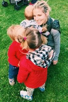 Elsa Pataky postetam Muttertag ein Foto, auf dem die Schauspielerin und ihre drei Kinder liebevoll vereint zu sehen sind.