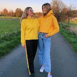 """""""Meine Mama, der Sonnenschein meines Lebens"""", schreibt Stefanie Giesinger zu dem Foto, auf dem das Model und seine Mutter im Partnerlook zu sehen sind."""