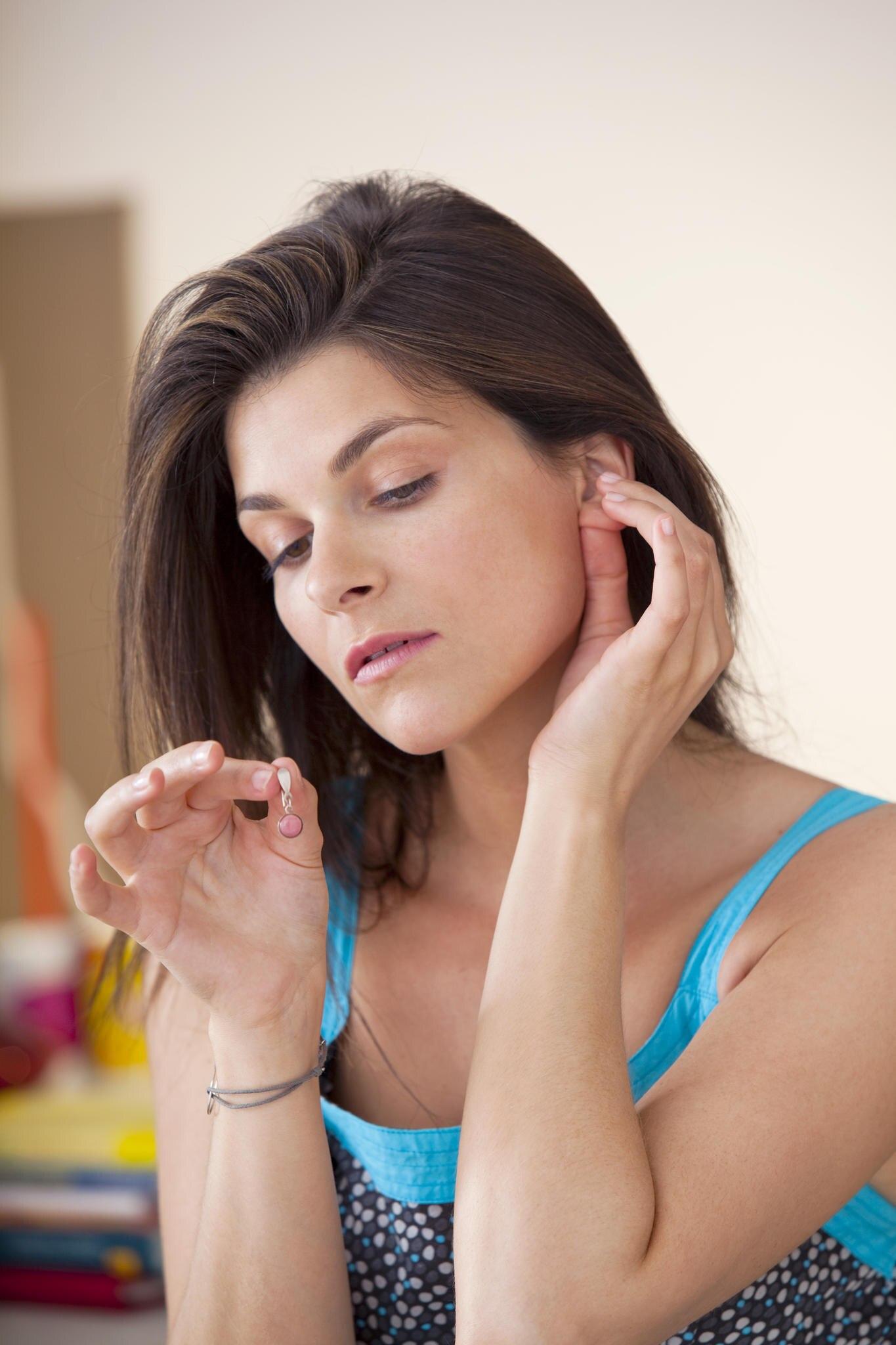 Eine Kontaktallergie wird häufig durch Modeschmuck mit Nickel darin ausgelöst.
