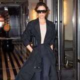 Im Schlabber-Look sieht man Victoria Beckham so gut wie nie. Die Mode-Designerin kleidet sich immer stilvoll und wird von Paparazzi selbst in ihrer Freizeit stets elegant abgelichtet. Auch dieses Fotozeigt die 45-Jährige gewohnt schick– und das, obwohl Victoriaein besonders sportliches Kleidungsstück trägt...