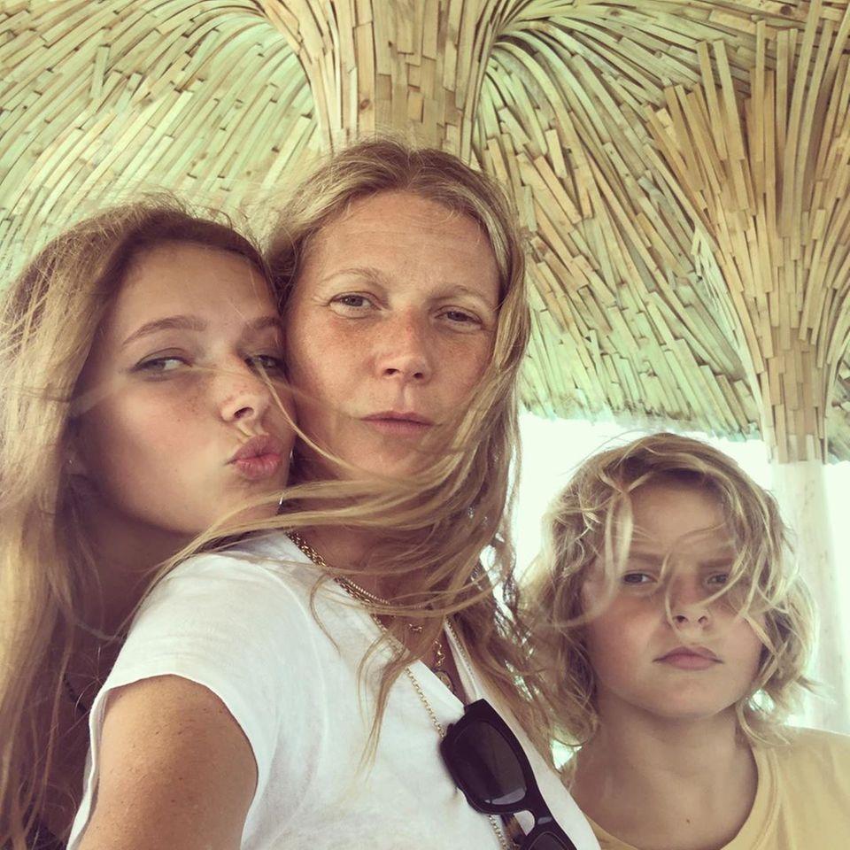 """""""Danke an meine zwei Schönen für den besten Morgen und mein ganzes Leben"""", schreibt Gwyneth Paltrow zu dem süßen Selfie mit ihren Kindern Apple und Moses."""