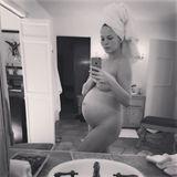"""""""Das Beste, was ich je gemacht habe, sind meine Babys"""", schreibt Chrissy Teigen zu dem Foto aus ihrer Schwangerschaft. """"Danke, dass ihr mich zu einer Mutter gemacht und mein Leben für immer verändert habt."""""""