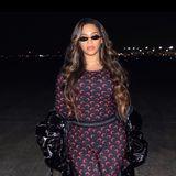 """Beyoncéüberrascht mit einer neuenHaarfarbe. Die Sängerin trägt ihre lange Mähne jetzt deutlich dunkler und erntet dafür lobende Worte von ihrenFans. Queen B ist das Idol vieler Frauen und spielt zudem eine besonders große Rolle für die Black Community. Weil die Sängerin ihre Haare immer wieder blondierte und nur sehr selten ihren natürlichen Afro zeigt, erntetsie gelegentlich harsche Kritik. Für viele ihrer Instagram-User ist der neue Look ein Schritt zu mehr Natürlichkeit und ihren Wurzeln. """"Du gibst mir Hoffnung"""", schreibt ein Fan. Für andere steht einfach nur fest: Diese Frau kann alles tragen."""