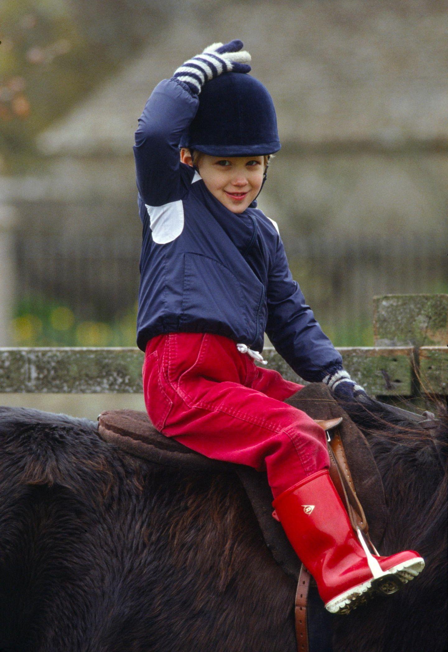 Schon als Dreijährige reitet Gabriella auf ihrem Pony.